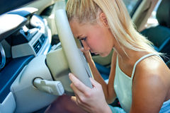 Muchacha triste en el coche Fotografía de archivo