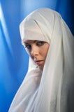 Muchacha triste en el hijab blanco Foto de archivo libre de regalías