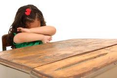 Muchacha triste en escritorio fotografía de archivo libre de regalías
