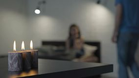 Muchacha triste en la cama por luz de una vela almacen de video