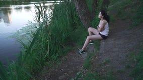 Muchacha triste en la orilla del río almacen de metraje de vídeo