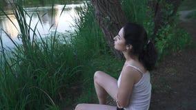 Muchacha triste en la orilla del río metrajes