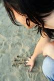 Muchacha triste en la playa de la arena Imagen de archivo libre de regalías