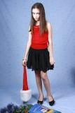 Muchacha triste en un casquillo con la Navidad Foto de archivo
