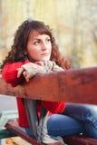 Muchacha triste en un parque en banco Foto de archivo