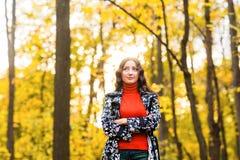 Muchacha triste hermosa en el parque del otoño Foto de archivo