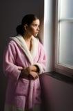 Muchacha triste joven, enfermo de cáncer que mira a través de ventana del hospital Foto de archivo libre de regalías