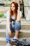 Muchacha triste joven hermosa que se sienta en escalera Fotos de archivo