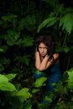 Muchacha triste perdida en bosque oscuro Foto de archivo libre de regalías