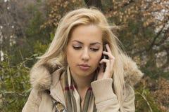 Muchacha triste que habla en el teléfono móvil Imágenes de archivo libres de regalías