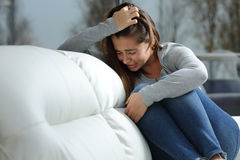 Muchacha triste que llora solamente en casa Imagen de archivo