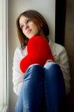 Muchacha triste que mira hacia fuera la ventana que espera a su marido Fotografía de archivo libre de regalías