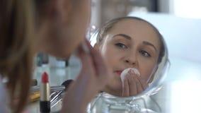 Muchacha triste que quita su maquillaje brillante que mira la reflexión, fecha fracasada metrajes