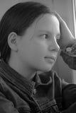 Muchacha triste que se sienta en un travesaño de la ventana en la depresión Fotos de archivo