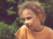 Muchacha triste y decepcionada poco rizada afuera Imagen de archivo