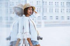 Muchacha turística afroamericana con la cámara del vintage al aire libre Imagenes de archivo