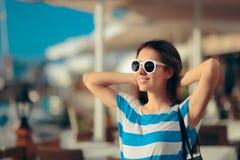 Muchacha turística del viaje feliz que disfruta de vacaciones de verano Imagenes de archivo