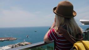 Muchacha turística del viaje que toma la foto del puerto deportivo con smartphone en la ciudad vieja de Europa almacen de video