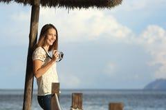 Muchacha turística del viajero que disfruta de los días de fiesta que miran un paisaje marino en la playa Fotos de archivo libres de regalías