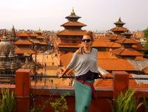 Muchacha turística en el cuadrado de Patan, Katmandu, Nepal Fotografía de archivo