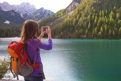 Muchacha turística en el lago Braies Imagen de archivo libre de regalías