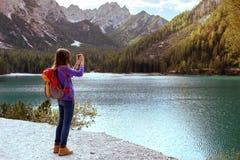 Muchacha turística en el lago Braies Fotos de archivo