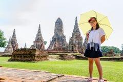 Muchacha turística en el templo de Wat Chaiwatthanaram Imágenes de archivo libres de regalías