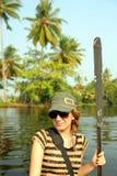 Muchacha turística en la canoa en Kerala Imagenes de archivo