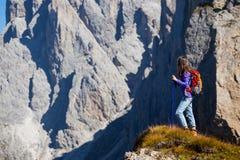Muchacha turística en las dolomías Imagen de archivo