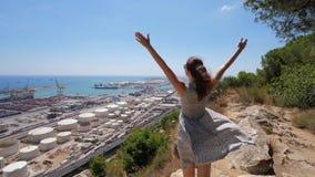 Muchacha turística feliz en el top de Montjuic, manos del aumento para arriba, Barcelona almacen de metraje de vídeo