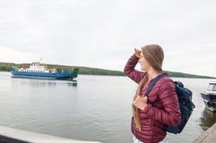 Muchacha turística joven con una mochila Imagen de archivo