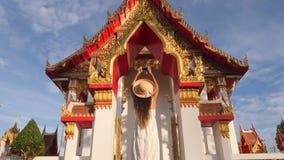 Muchacha turística joven en el vestido blanco y Straw Hat Taking Photo grande con el teléfono móvil del templo budista tailandés  almacen de metraje de vídeo