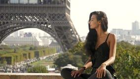 Muchacha turística joven hermosa cerca de la torre Eiffel almacen de metraje de vídeo