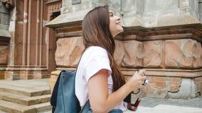 Muchacha turística morena hermosa con la cámara del bolso y del vintage Foto de archivo libre de regalías
