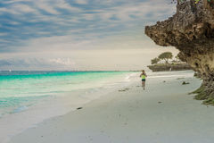 Muchacha turística que activa en la playa africana Imagen de archivo