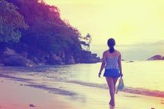 Muchacha turística que camina en el estilo del vintage de la playa Fotos de archivo