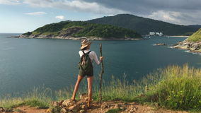 Muchacha turística que disfruta de vista de la bahía hermosa del mar almacen de metraje de vídeo