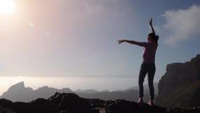 Muchacha turística que mira las montañas y el sol almacen de video