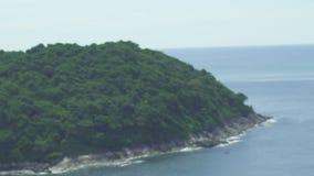 Muchacha turística que pasa por alto el paisaje del océano almacen de video