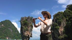Muchacha turística que pasa por alto el paisaje del océano almacen de metraje de vídeo