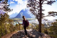 Muchacha turística y Romsdalsfjorden Imagen de archivo