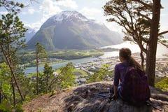 Muchacha turística y Romsdalsfjorden Fotos de archivo libres de regalías