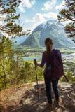 Muchacha turística y Romsdalsfjorden Foto de archivo