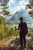 Muchacha turística y Romsdalsfjorden Imagen de archivo libre de regalías