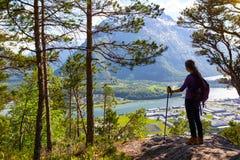 Muchacha turística y Romsdalsfjorden 3 Foto de archivo