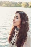 Muchacha turca hermosa joven cerca del lago Foto de archivo libre de regalías