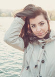 Muchacha turca hermosa joven que juega con su pelo Foto de archivo libre de regalías