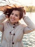 Muchacha turca hermosa que sonríe cerca de un lago Imagenes de archivo