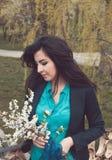 Muchacha turca joven con las flores de la primavera Imagenes de archivo