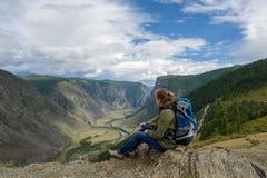 Muchacha, turista, en una roca Foto de archivo
